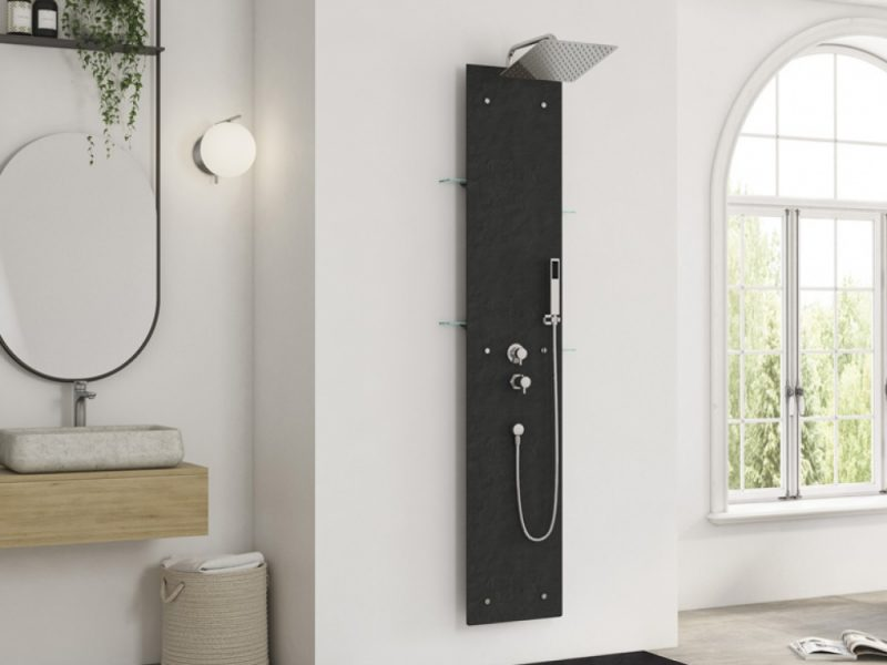 zwart douchepaneel in badkamer