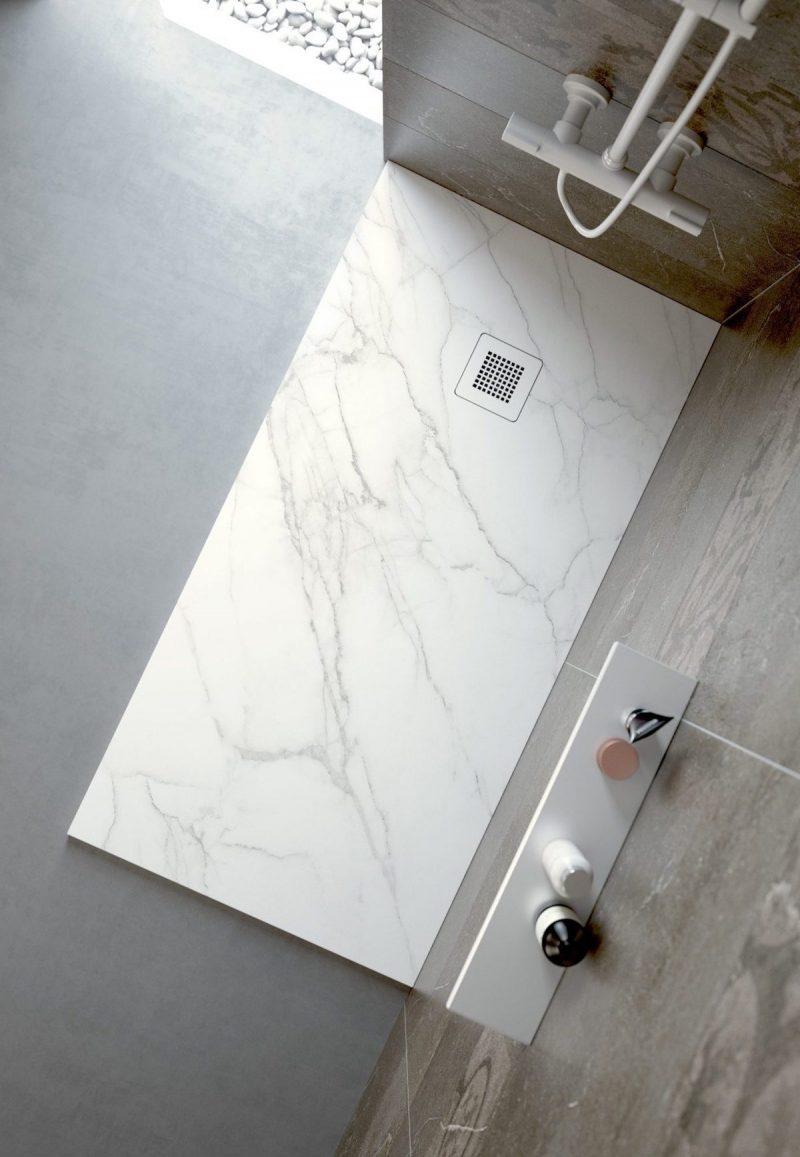 sfeerbeeld van een douchebak voor in een minimalistische badkamer